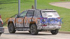 Nuova Jeep Grand Cherokee passo corto 4xe: lunotto inclinato e più grande