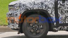 Nuova Jeep Grand Cherokee passo corto 4xe: un dettaglio dell'avantreno con lo sbalzo ridotto
