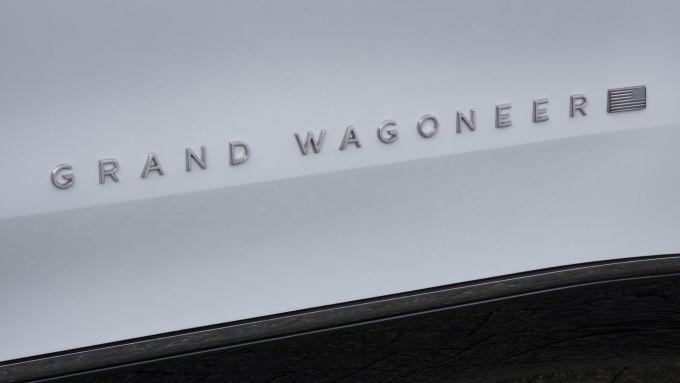 Nuova Jeep Grand Wagoneer, la scritta in alluminio