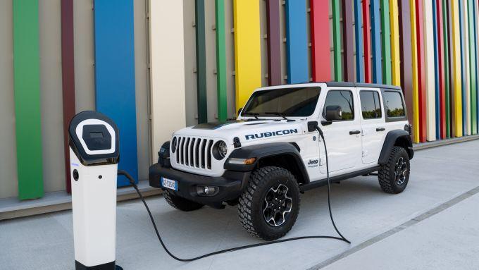 Nuova Jeep Wrangler 4xe: batteria da 17 kWh e ricarica in 3 ore a 7,4 kw