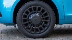 Nuova Lancia Ypsilon Hybrid: i copricerchi di colore scuro con la griffe Y