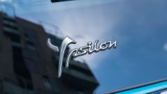 Nuova Lancia Ypsilon Hybrid: la firma sul portellone