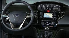 Nuova Lancia Ypsilon Hybrid: la plancia con gli strumenti al centro e il display da 5