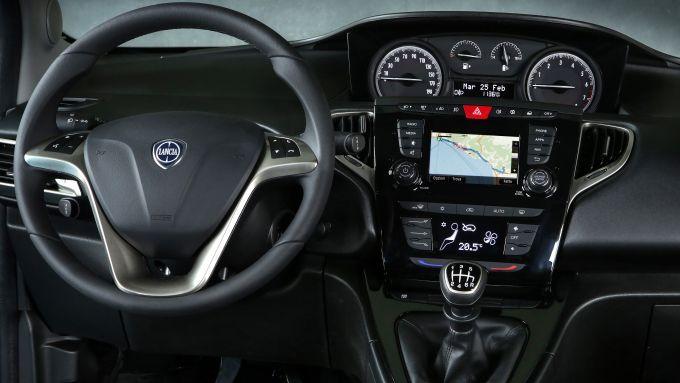 NUova Lancia Ypsilon Hybrid: la plancia sente un po' il peso degli anni