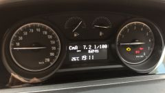 NUova Lancia Ypsilon Hybrid: l'indicatore di stato della batteria al centro a destra