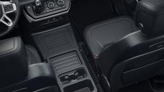 Nuova Land Rover Defender 2020: ampio spazio tra i sedili anteriori