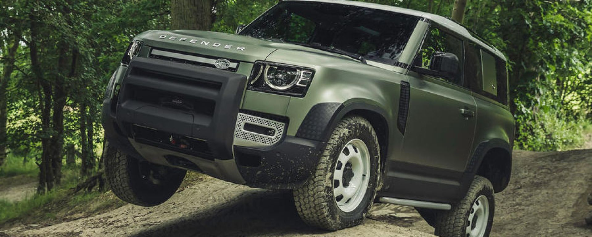 Nuova Land Rover Defender 2020: guida da remoto in off-road