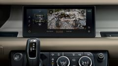 Nuova Land Rover Defender 2020: il monitor mostra la strada da sotto la vettura