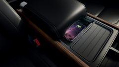 Nuova Land Rover Defender 2020, la piastra per la ricarica wireless dello smartphone