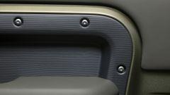 Nuova Land Rover Defender 2020: le viti a vista fanno parte di un look studiato
