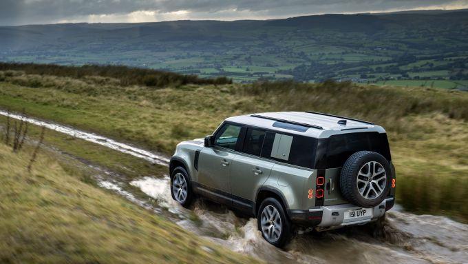 Nuova Land Rover Defender: ora anche PHEV in UK