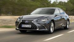 Nuova Lexus ES 300h (2022): come cambia, prezzo, prova su strada