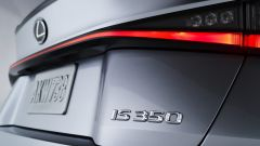Nuova Lexus IS 2021, dettaglio della firma luminosa posteriore