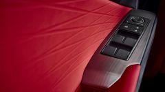 Nuova Lexus IS 2021, il pannello porta lato guida