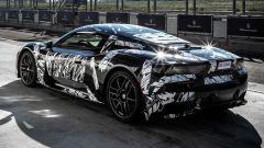 Nuova Maserati MC20: un muletto pizzicato durante i test sulla pista Ferrari di Fiorano