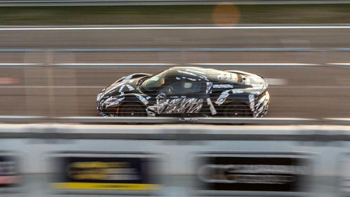 Nuova Maserati MC20: un prototipo durante i collaudi in pista