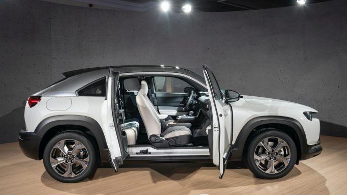 Nuova Mazda MX-30 2020: l'apertura al contrario delle portiere posteriori