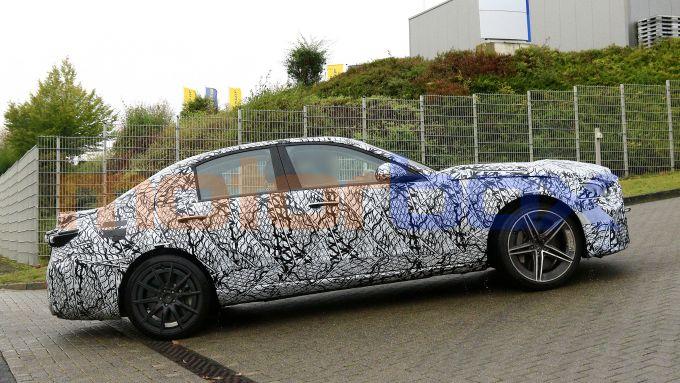 Nuova Mercedes-AMG C63 di profilo