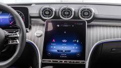 Nuova Mercedes Classe C berlina e sw: l'abitacolo della sw con interni in pelle chiara