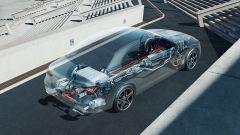 Nuova Mercedes Classe E 2020: un trasparente dell'auto mostra il sistema elettrico di bordo