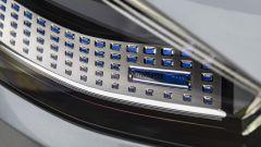 Nuova Mercedes Classe S: i proiettori full LED possono anche riprodurre sull'asfalto segnali di pericolo