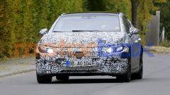 Nuova Mercedes EQE: un muletto ancora molto mimetizzato