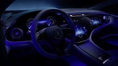 Nuova Mercedes EQS: Hyperscreen di notte