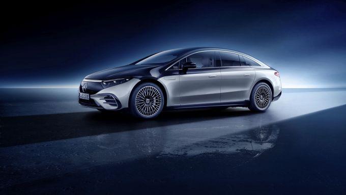Nuova Mercedes EQS: visuale di 3/4 anteriore