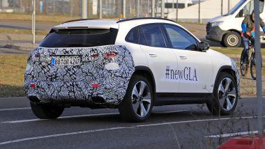 Nuova Mercedes GLA 2021: la coda camuffata dalle pellicole