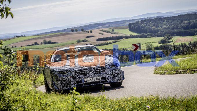 Nuova Mercedes SL Roadster 2022: le mimetizzazioni nascondono lo stile definitivo