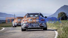 Nuova Mercedes SL Roadster 2022: una vista da dietro dei muletti fotografati durante i collaudi