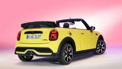 Nuova Mini 2021 Cabrio: visuale di 3/4 posteriore