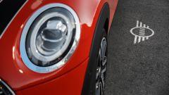 Nuova Mini Cooper S 2018: dettaglio del logo proiettato a terra