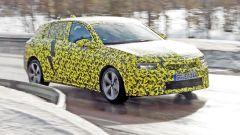 Nuova Opel Astra 2021: visuale di 3/4 anteriore