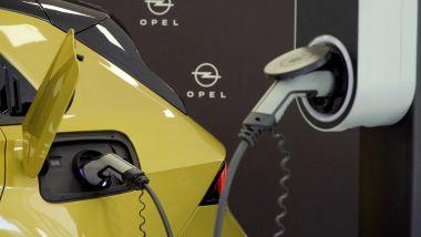 Nuova Opel Astra Hybrid: la presa di ricarica