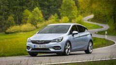 Nuova Opel Astra, su strada
