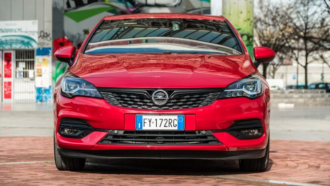 Nuova Opel Astra Ultimate: dettaglio frontale
