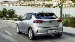 Nuova Opel Corsa 2019: la vista di 3/4 posteriore in movimento