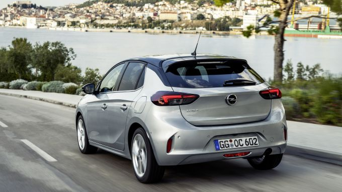 Nuova Opel Corsa 2019: un vista panoramica della coda e del mare