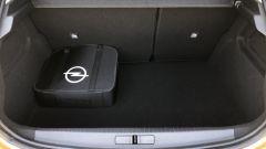 Nuova Opel Corsa-e: il vano di carico è abbastanza capiente e regolare ma la sacca dei cavi ne riduce un po' il volume utile.