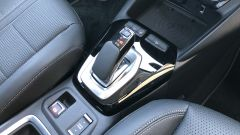Nuova Opel Corsa-e: la leva della trasmissione automatica e appena sotto il tasto Drive Mode per cambiare i profili di guida.