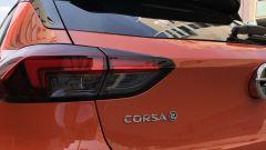 Nuova Opel Corsa-e la mostrina sul portellone posteriore