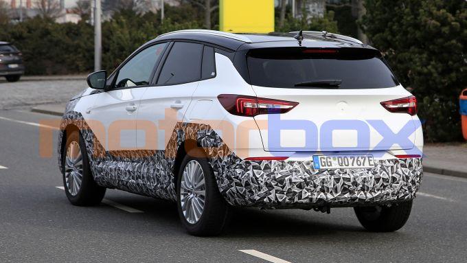 Nuova Opel Grandland: i prototipi fotografati su strada durante i test