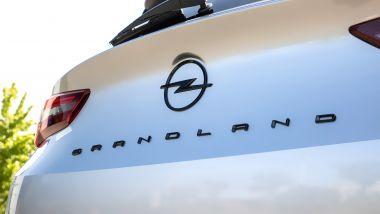 Nuova Opel Grandland: l'inedito logo sul portellone