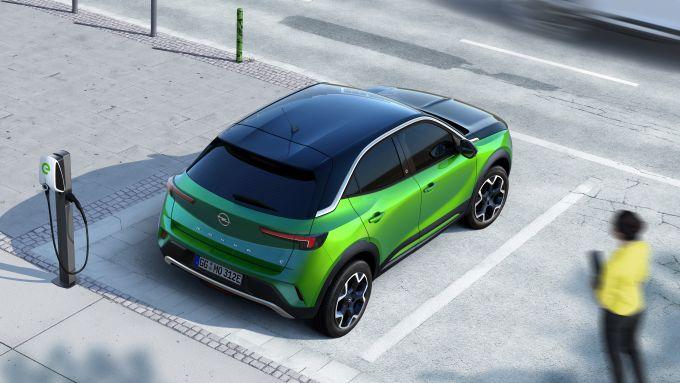 Nuova Opel Mokka-e alla colonnina di ricarica