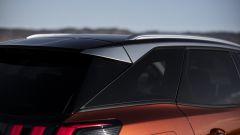 Nuova Peugeot 3008: dal tetto parte un profilo satinato che termina in coda con uno spoiler pronunciato