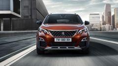 Nuova Peugeot 3008, il frontale: la griglia è scavata e verticale e i fari elaborati