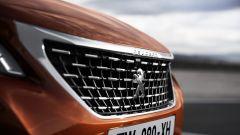 Nuova Peugeot 3008: la griglia è scavata e verticale e ha tante bocche di ventilazione