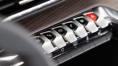 Nuova Peugeot 5008 2021, dettaglio dei pulsanti per richiamare sul display i menu d'uso più frequente