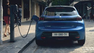 Nuova Peugeot e-208 elettrica, in ricarica da una colonnina pubblica